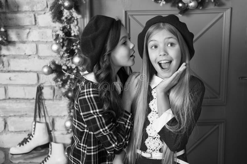 Концепция зимних сплетен Девочки с маленькими детьми празднично празднуют Рождество Давайте повеселимся и отпразднуем Рождество стоковое фото rf