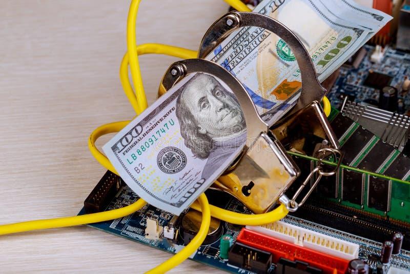 Концепция злодеяния кибер с lan контровочной проволоки наручника полиции на торговле противозаконного оружия интернета компьютера стоковые изображения rf