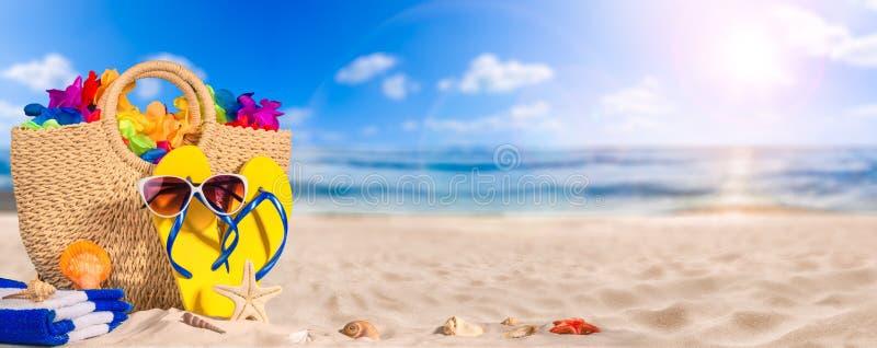 Концепция знамени летнего отпуска, аксессуары пляжа на белом песке стоковое изображение rf