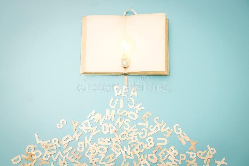 Концепция знания и идеи, электрическая лампочка на голубом rele предпосылки стоковая фотография