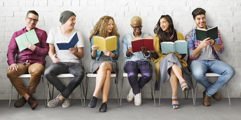 Концепция знания образования чтения молодости студентов взрослая стоковая фотография