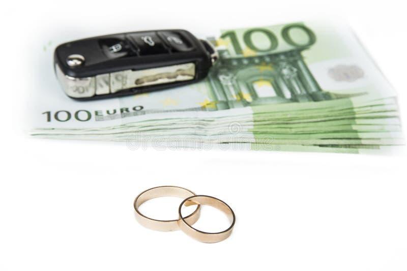 Концепция золотоискателя Деньги, автомобиль и обручальные кольца стоковые фотографии rf