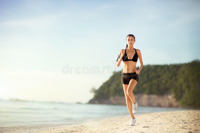 концепция здоровья разминки фитнеса женщины jogging стоковые изображения rf
