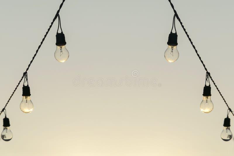 Концепция идеи, старая электрическая лампочка стоковые фото