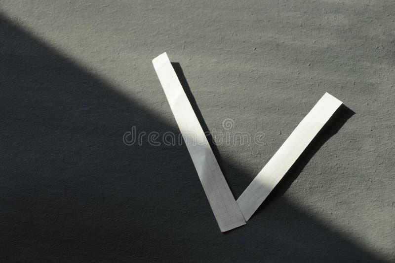 Концепция избрание выигрыш или тикание письма v сделаны белого pape стоковые фото