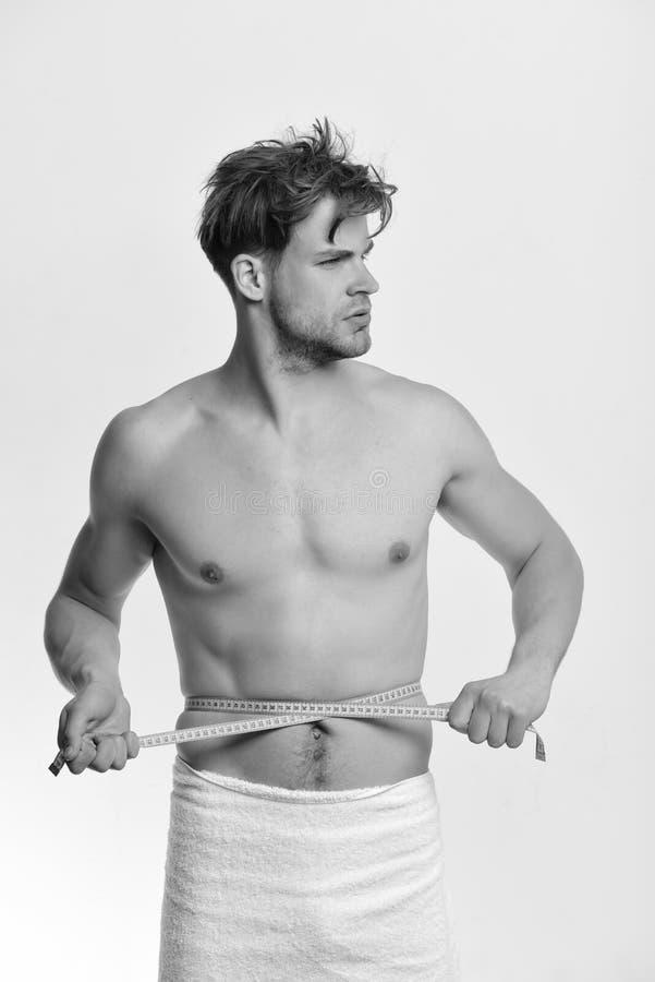 Концепция измерения и образа жизни спорт Гай с белым полотенцем стоковая фотография rf