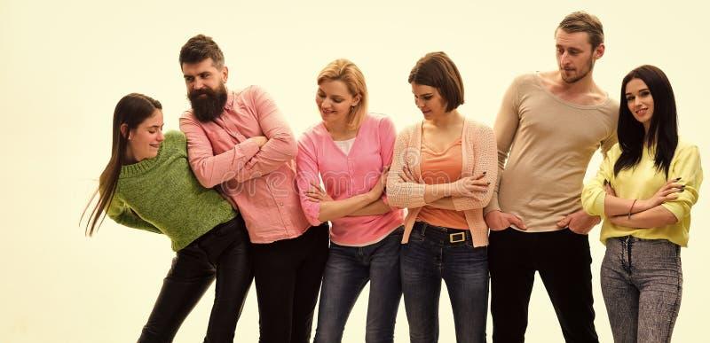 Концепция импульса Молодые люди тратит отдых совместно, жизнерадостная компания висит вне Студенты, счастливые друзья имеют потех стоковая фотография