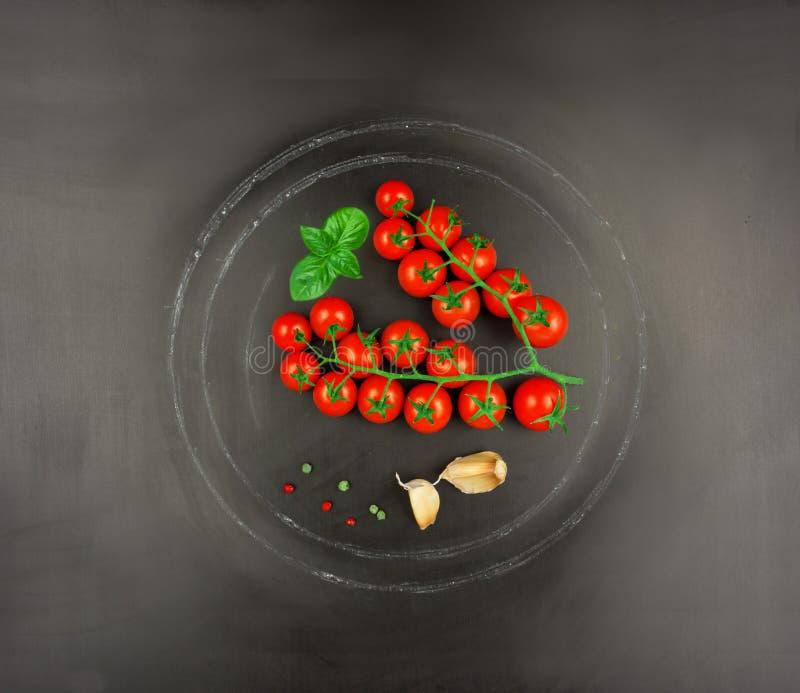 Концепция ингридиентов соуса для пасты на черной осмотренной предпосылке шифера стоковое фото rf