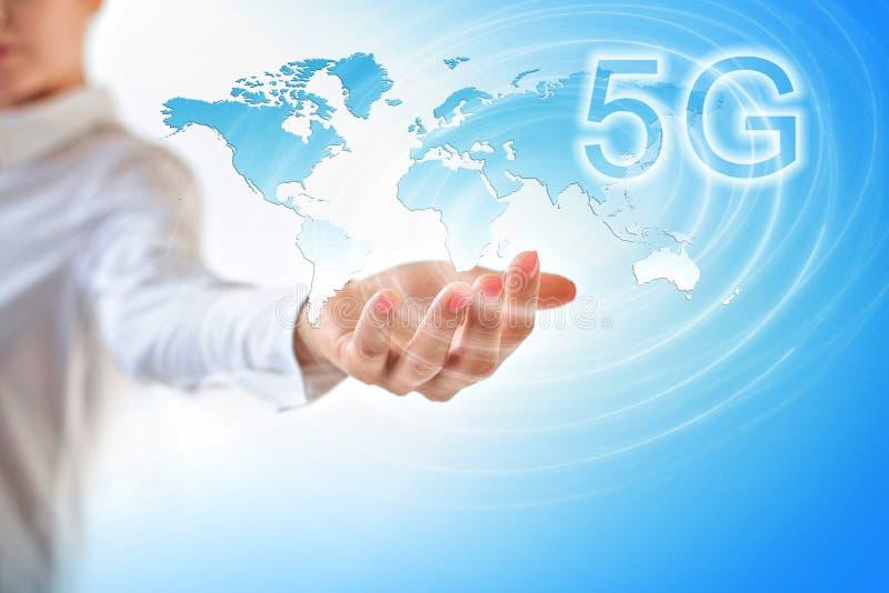 концепция интернета 5G k передвижная беспроволочная Карта от рук серия интернета руки самого лучшего глобуса принципиальных схем  стоковые изображения