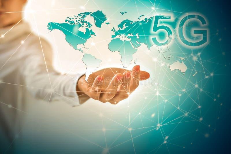 концепция интернета 5G k передвижная беспроволочная Карта от рук серия интернета руки самого лучшего глобуса принципиальных схем  иллюстрация вектора