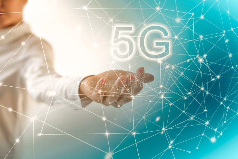 концепция интернета 5G k передвижная беспроволочная Карта от рук серия интернета руки самого лучшего глобуса принципиальных схем  иллюстрация штока