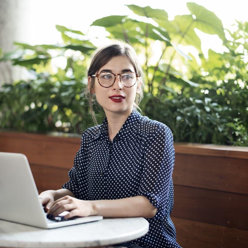 Концепция интернет-кафе компьютера женщины вскользь думая стоковое фото