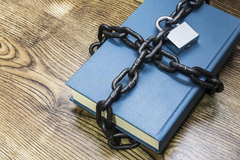 Концепция информационной безопасности, книга с цепью и padlock стоковое фото