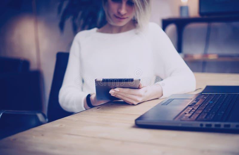 Концепция искать для нового проекта дела Задумчивая молодая красивая коммерсантка используя таблетку пока сидящ на ей стоковые фото