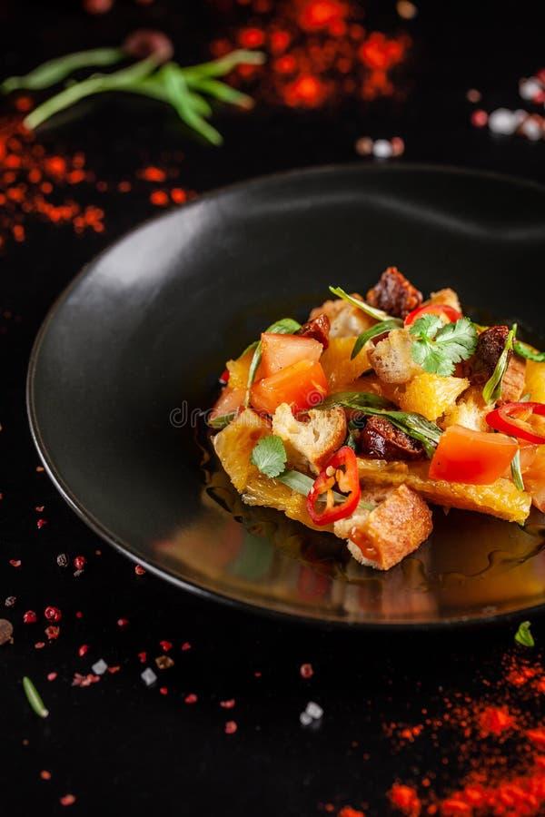 Концепция испанской кухни Испанский салат с сосиской chorizo, апельсином, томатом, багетом, астрагоном, оливковым маслом стоковая фотография rf