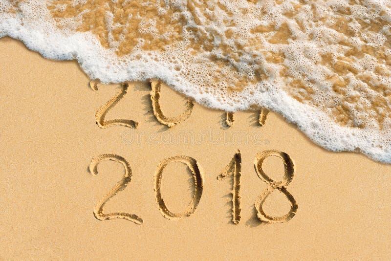 Концепция 2018 и 2017 Нового Года рукописное на пляже стоковые фотографии rf