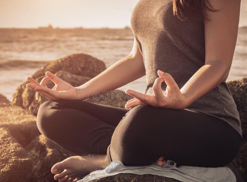 Концепция йоги Представление лотоса руки женщины крупного плана практикуя стоковое фото rf