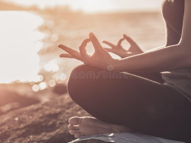 Концепция йоги Представление лотоса руки женщины крупного плана практикуя стоковые фотографии rf