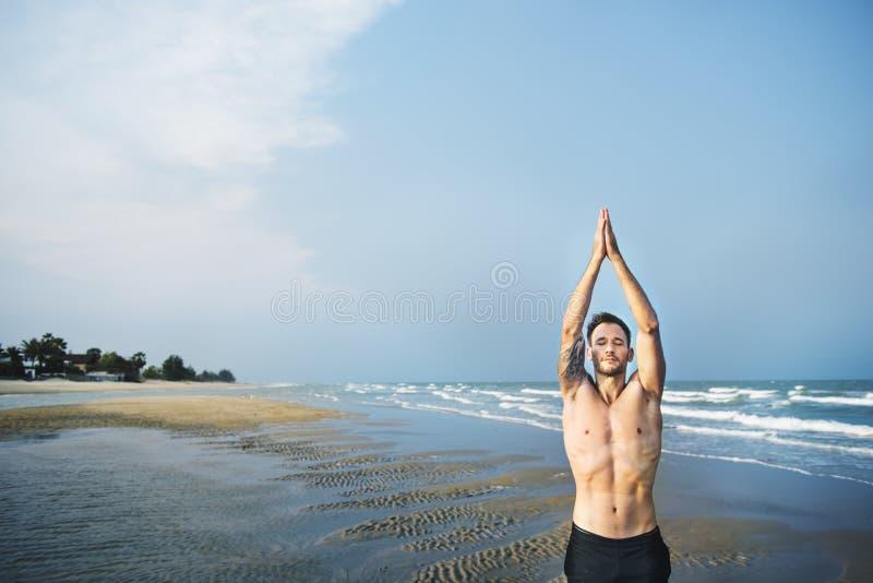 Концепция йоги фитнеса пляжа раздумья человека стоковое изображение rf