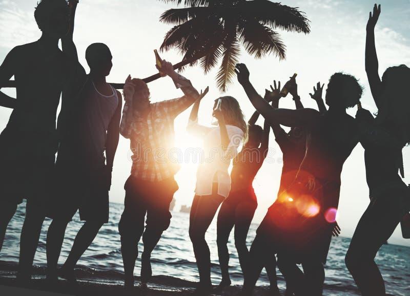 Концепция каникул летнего отпуска партии пляжа торжества людей стоковые фотографии rf
