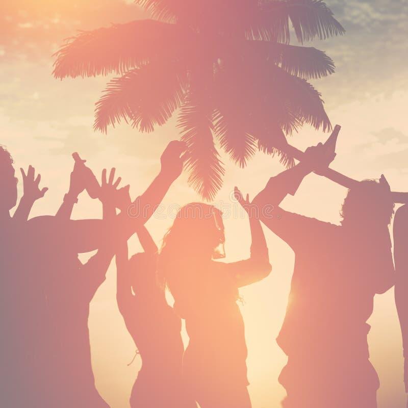 Концепция каникул летнего отпуска партии пляжа торжества людей стоковое фото rf