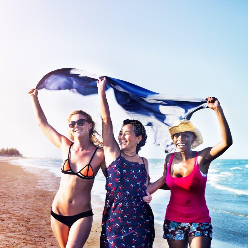 Концепция каникул пляжа лета девушек женственности стоковое изображение rf