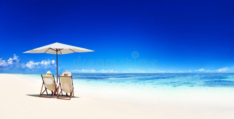 Концепция каникул пляжа пар расслабляющая тропическая стоковая фотография