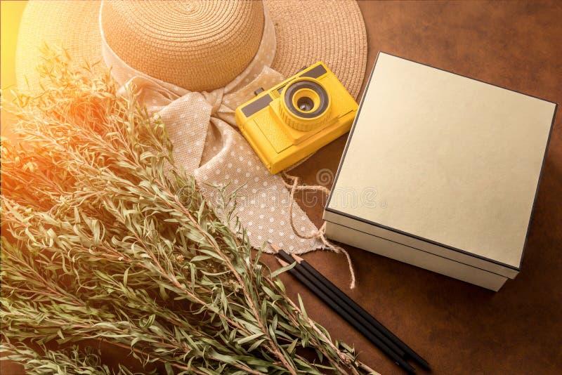 Концепция кануна ` s Newyear с присутствующей коробкой и лето путешествуют вещество o стоковые фото