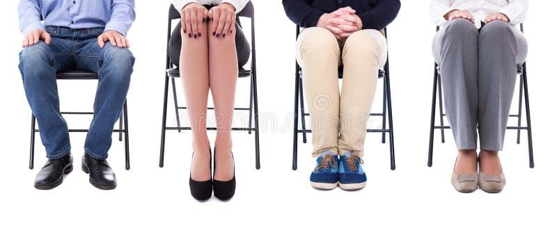 Концепция карьеры - ноги бизнесменов сидя на стуле офиса стоковые фото