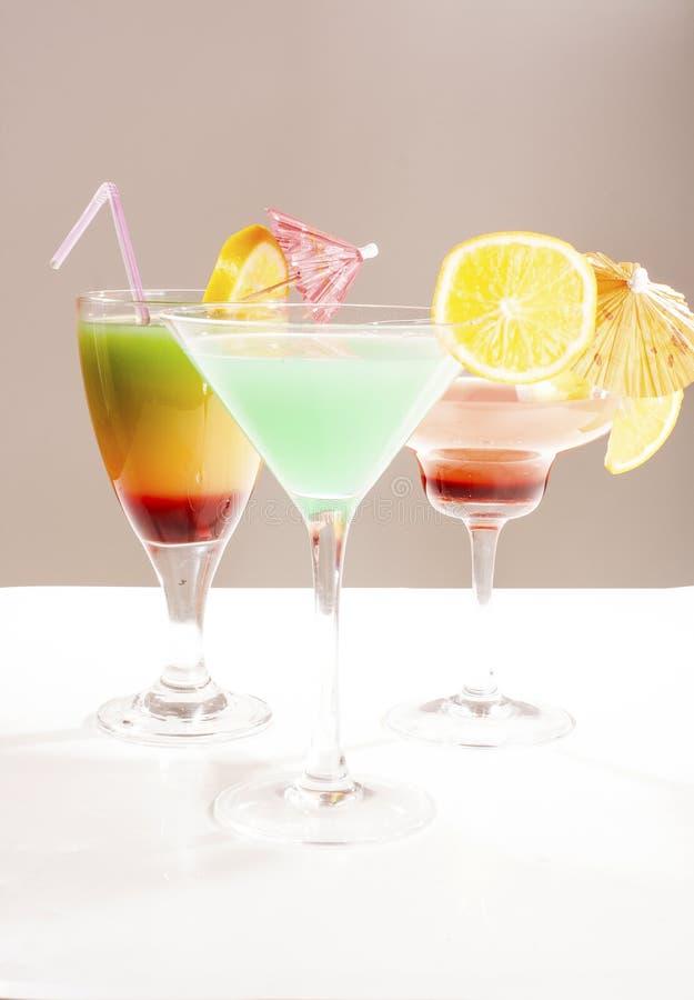 Концепция коктеиля тропического плодоовощ Коктеиль с иллюстрацией зонтика красочной на белой предпосылке студии Сексуальное очень стоковое фото