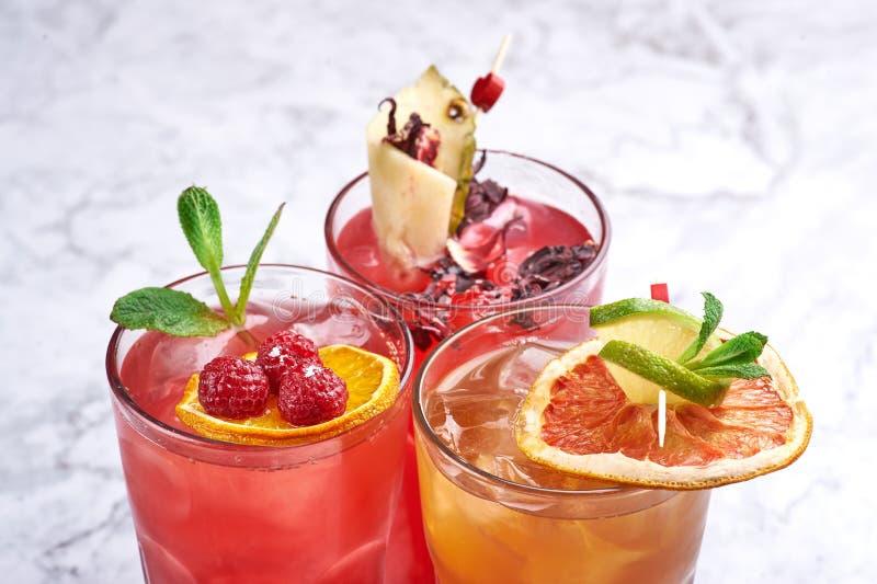 Концепция коктейлей лета свежая оранжевые и красные напитки алкоголя близко вверх r стоковые изображения rf