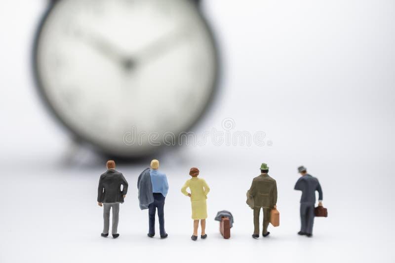 Концепция командировки и времени Закройте вверх группы в составе диаграмма люди бизнесмена и женщины миниатюрная с положением и в стоковые фото