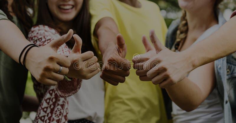Концепция команды приятельства друзей подростков стоковое фото rf