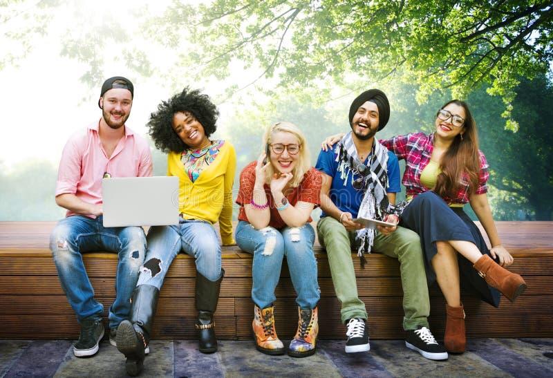 Концепция команды приятельства друзей подростков разнообразия стоковое изображение rf