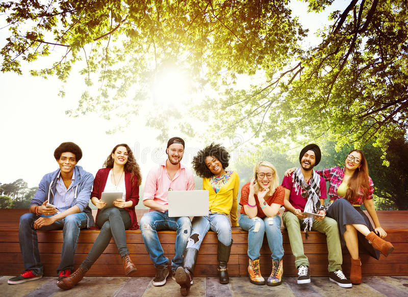 Концепция команды приятельства друзей подростков разнообразия стоковое фото rf