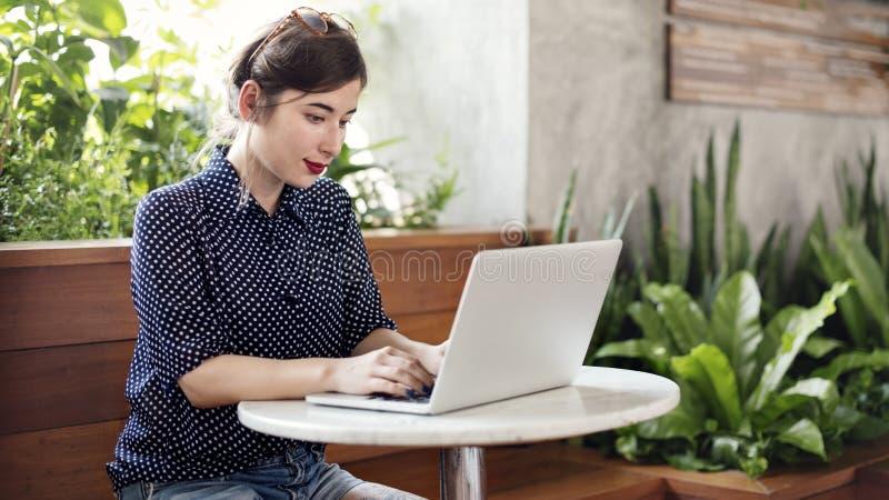 Концепция компьтер-книжки интернета просматривать молодой женщины стоковая фотография