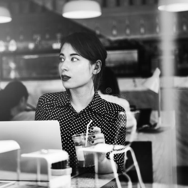 Концепция компьтер-книжки кафа кофе женщины работая стоковое фото