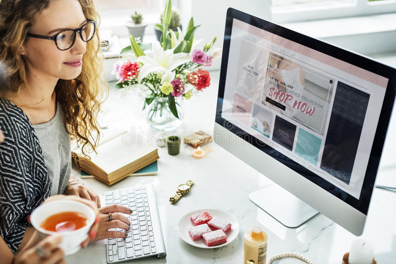 Концепция компьютера вебсайта женщины ходя по магазинам онлайн стоковые фотографии rf