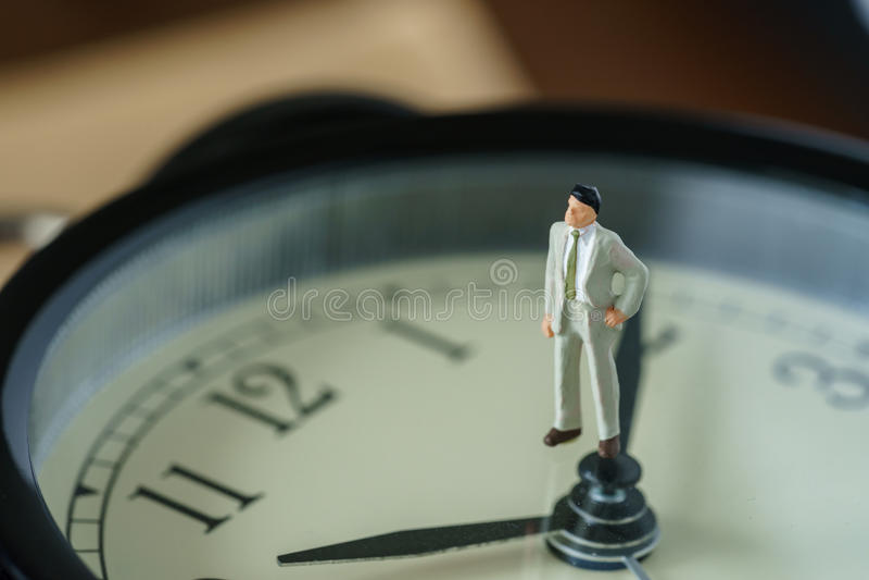 Концепция комплекса предпусковых операций дела или времени как миниатюрное figu бизнесмена стоковое изображение