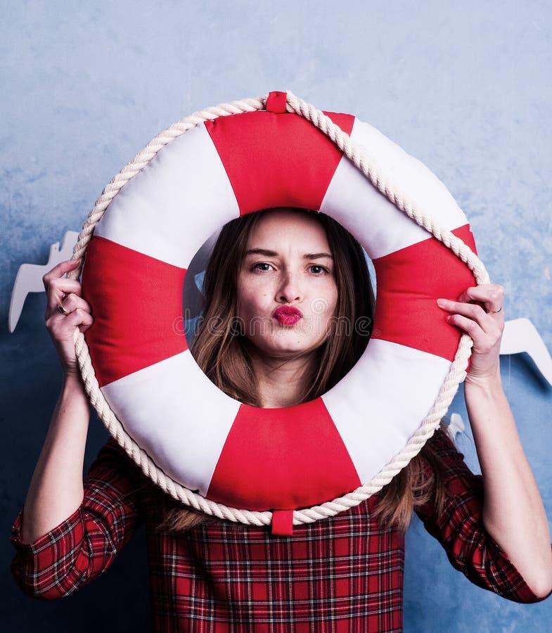 Концепция конспекта каникул пляжа Красочный портрет студии молодой женщины моды изолированной на голубой предпосылке любит морска стоковые изображения rf