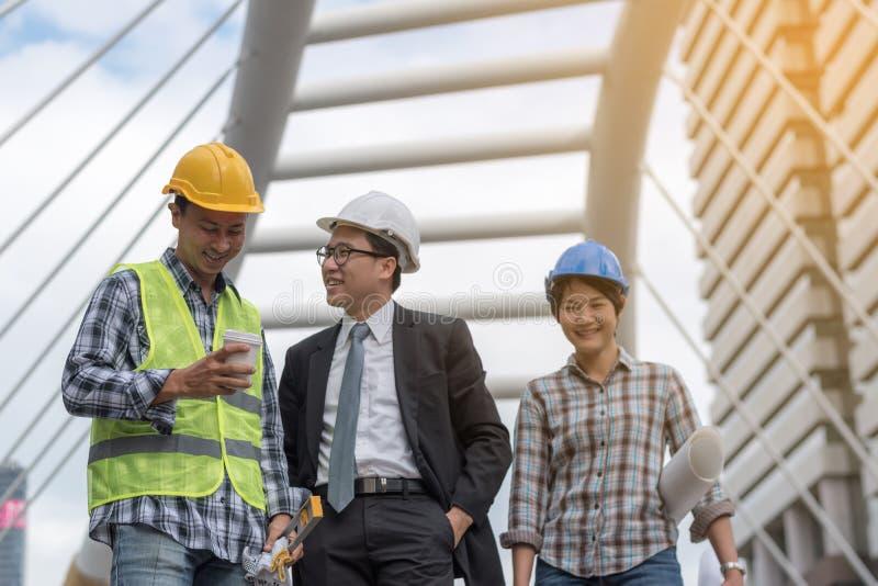 Концепция конструкции инженерства: профессиональный инженер объединяется в команду я стоковые фото
