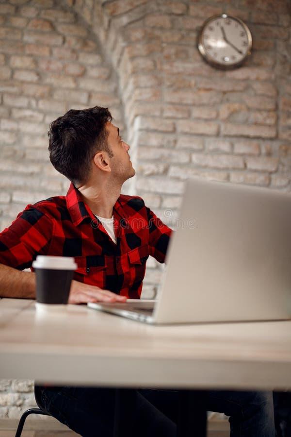 Концепция крайнего срока дизайнерский человек смотрит на часах стоковая фотография rf