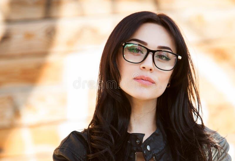 Концепция: красивые глаза, красивая улыбка, зрение, идеальный портрет кожи красивой девушки со стеклами, глазами закрыли, съемка  стоковое изображение