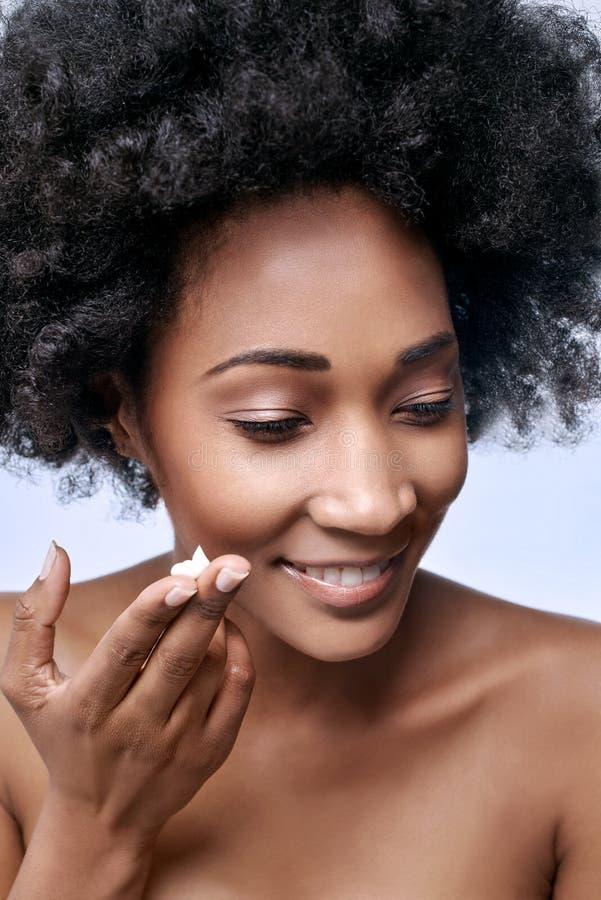 Концепция красоты с моделью чёрного африканца стоковое изображение