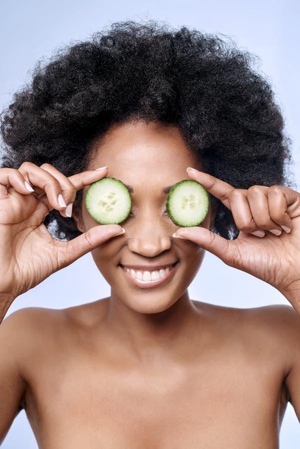 Концепция красоты Skincare с моделью чёрного африканца стоковая фотография