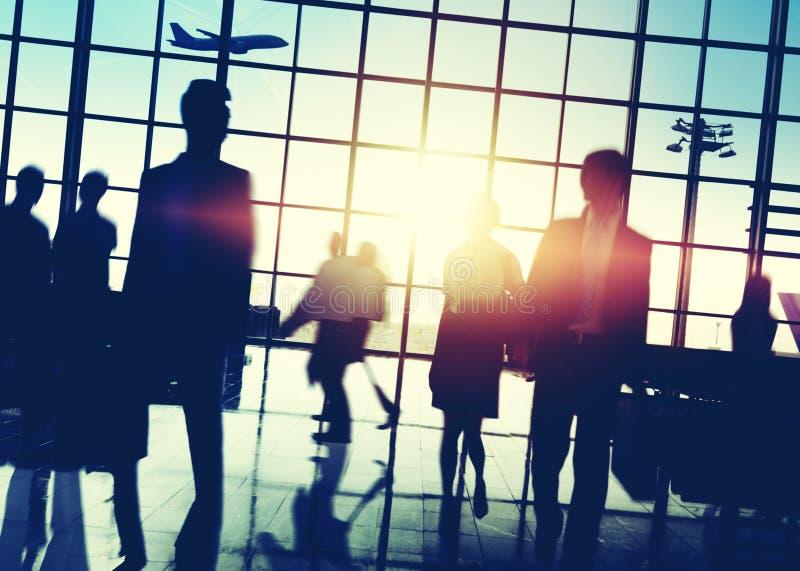 Концепция крупного аэропорта силуэта людей толпы занятая стоковые изображения rf
