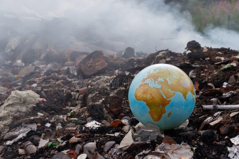 Концепция к проблеме окружающей среды испепеление отброса Мусоросжигатели вредят окружающей среде Земля планеты t стоковые фото