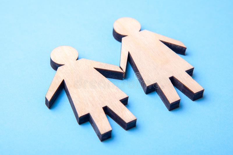 Концепция лесбиянки 2 символа женщины от дерева держа руки на сини стоковая фотография rf