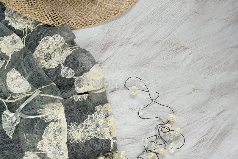 Концепция летнего времени Женственные ультрамодные одежды и аксессуары моды стоковые изображения rf
