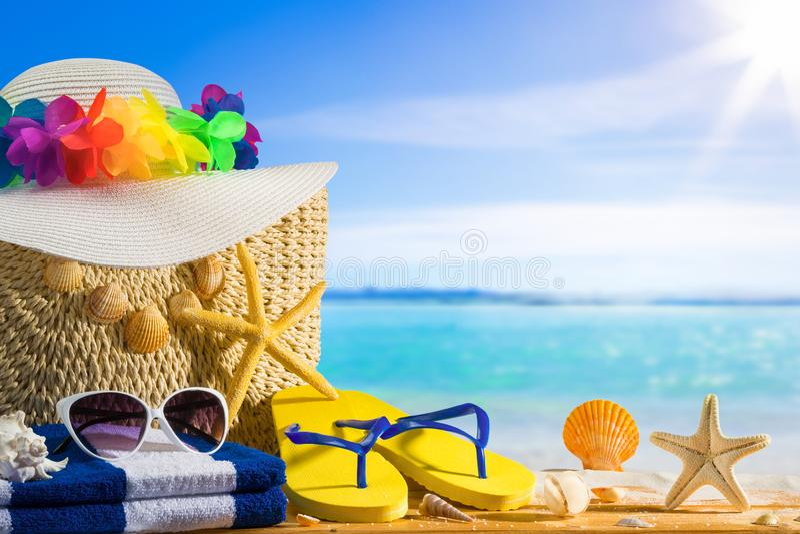Концепция летнего отпуска, аксессуары пляжа на белом песке стоковая фотография rf
